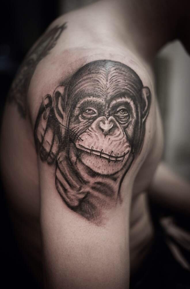 南京红山森林动物园饲养员右臂猩猩纹身图案
