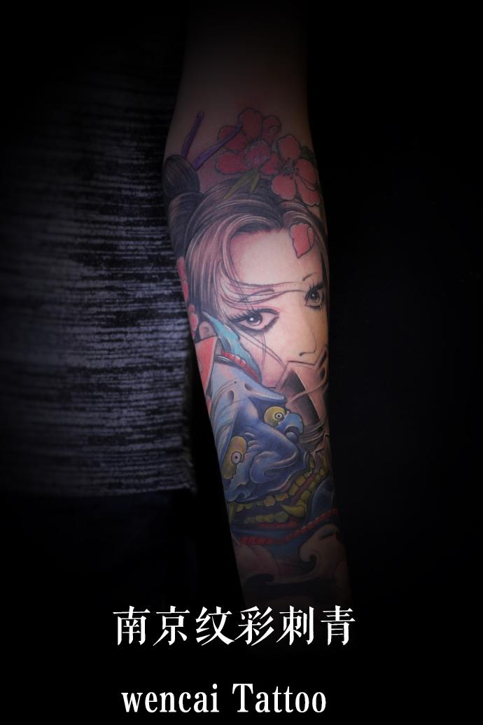 南京阳光帅气的王先生小臂彩色般若艺伎纹身图案图片
