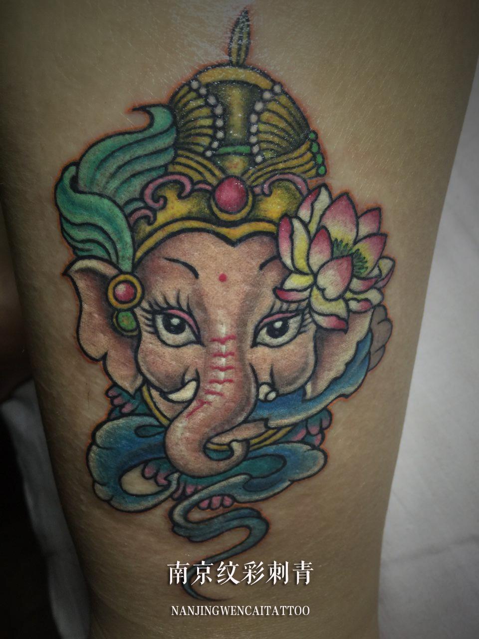 彩色的图案显得富有生命,纹身师在基础上增加了一朵小莲花,小女生的形