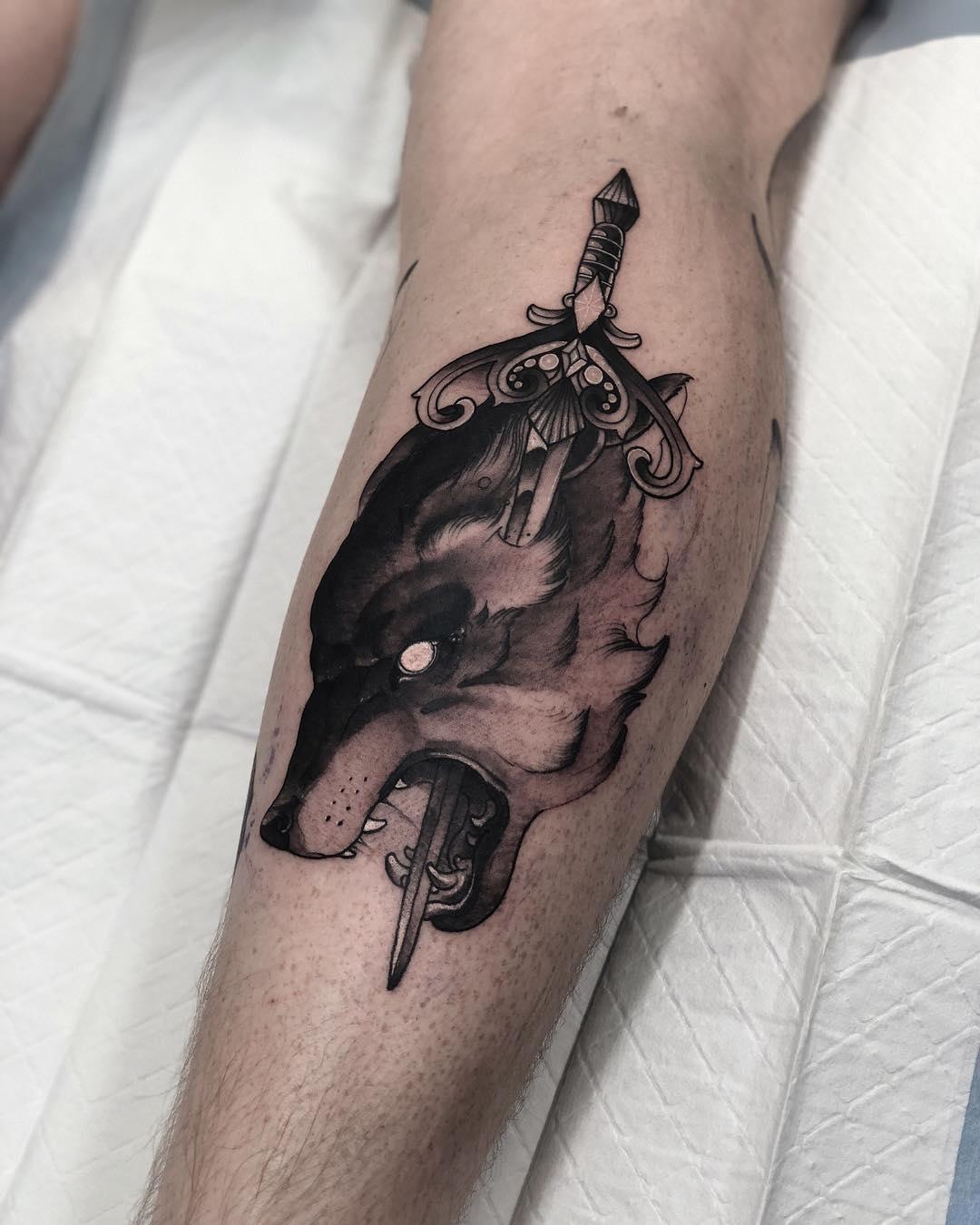 卖镜子的邰先生小腿长剑狼纹身图案