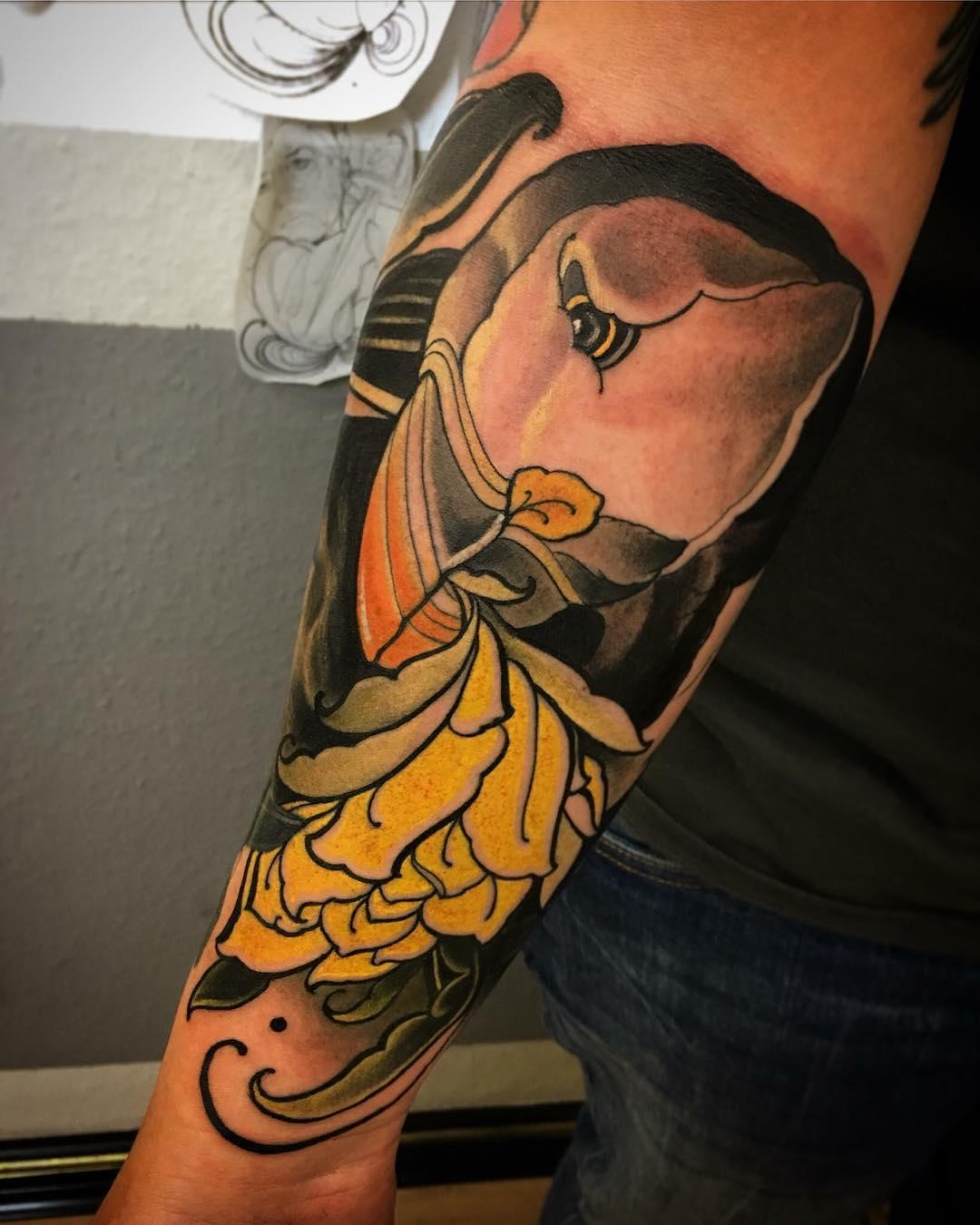 阙先生小臂菊花海豚纹身图案