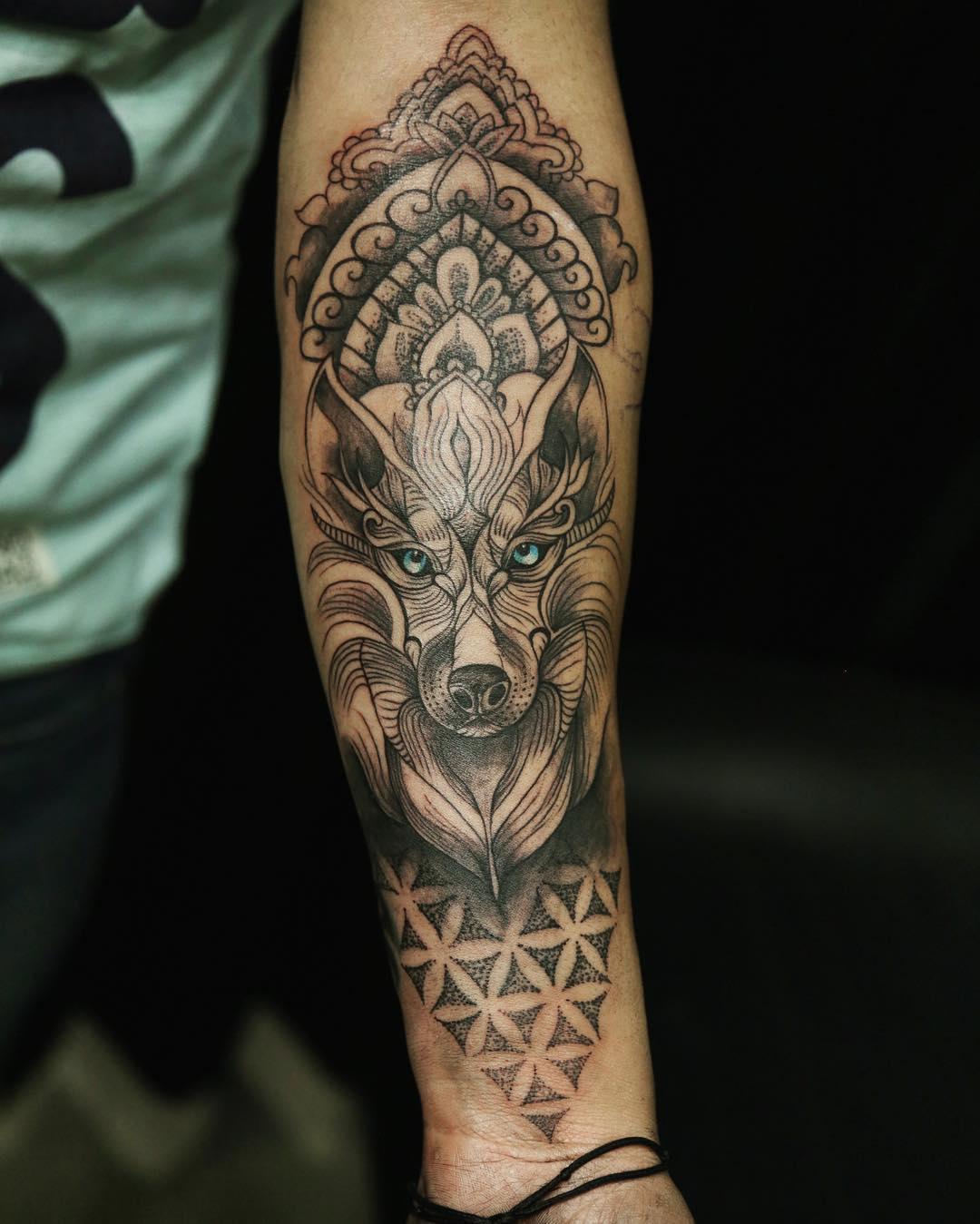倪先生小臂梵花狼纹身图案