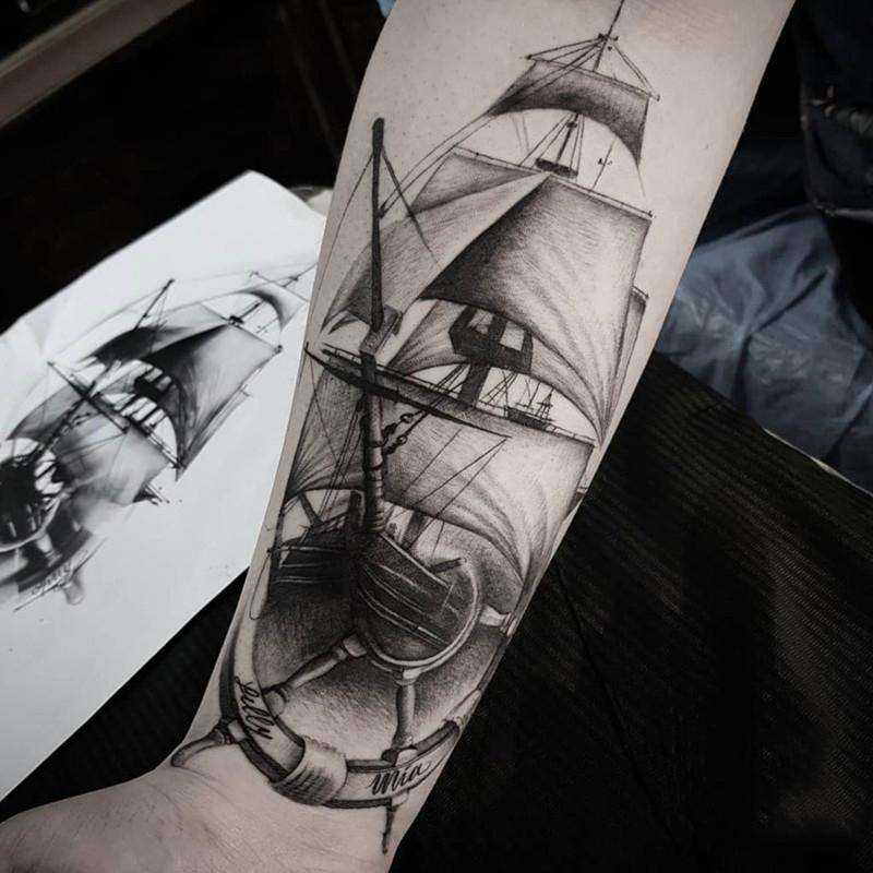 小臂黑灰船舵帆船纹身图案