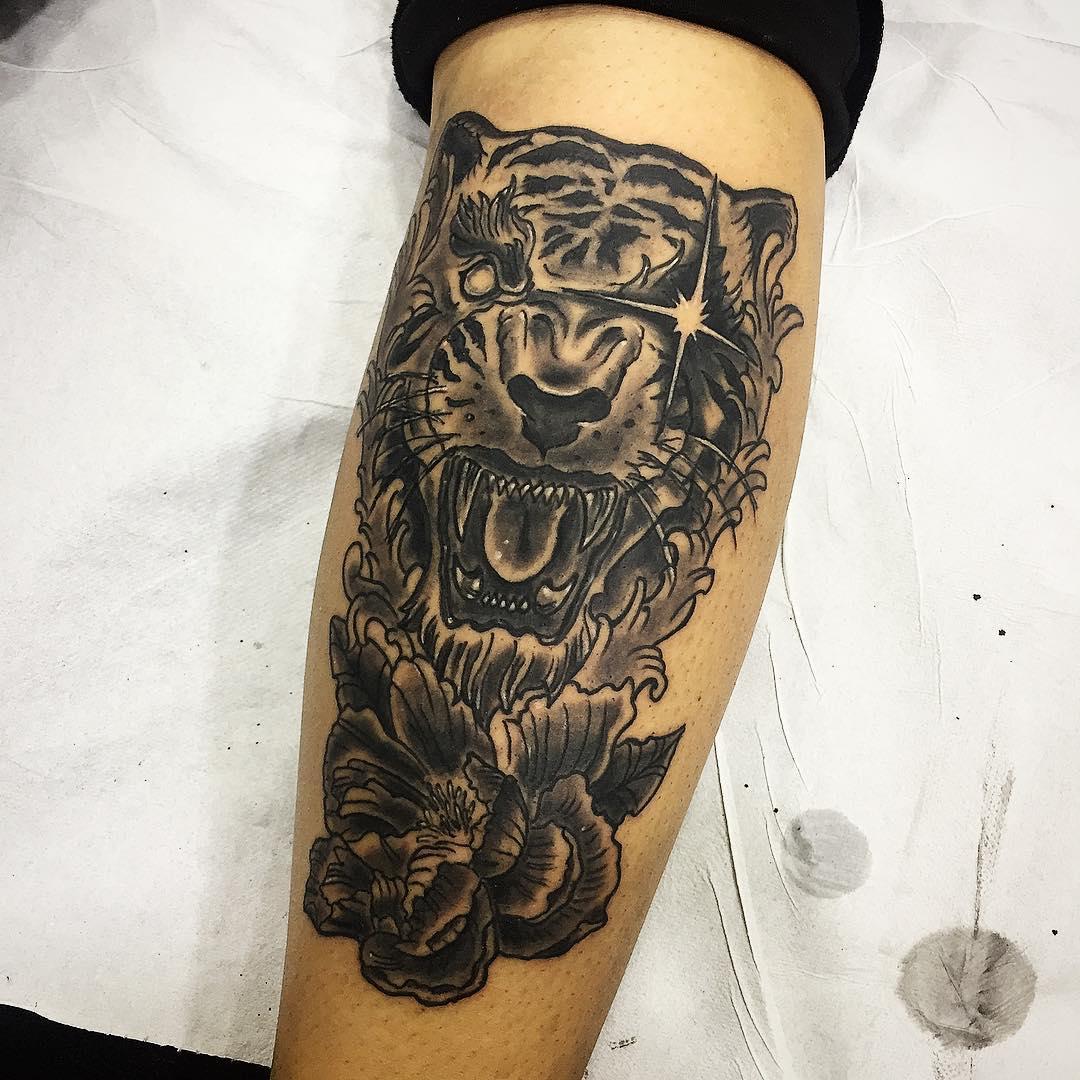 小腿黑灰写实牡丹虎首纹身图案
